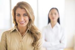 Портрет красивой молодой коммерсантки на офисе стоковые изображения