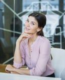 Портрет красивой молодой коммерсантки на столе переговоров Стоковая Фотография