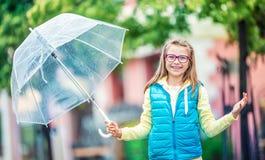 Портрет красивой молодой пре-предназначенной для подростков девушки с зонтиком под дождем Стоковая Фотография RF