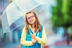 Портрет красивой молодой пре-предназначенной для подростков девушки с зонтиком под дождем Стоковая Фотография