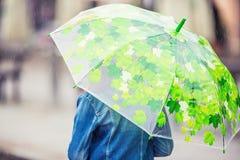 Портрет красивой молодой пре-предназначенной для подростков девушки с зонтиком под дождем Стоковые Изображения