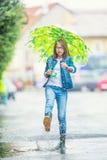 Портрет красивой молодой пре-предназначенной для подростков девушки с зонтиком под дождем Стоковое Изображение RF