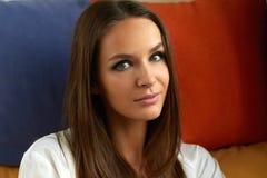 Портрет красивой молодой сексуальной девушки с длиной прямыми темными волосами, выравнивая состав Стоковое Фото
