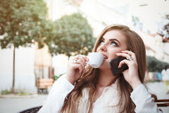 Портрет красивой молодой уверенно и успешных девушки или w стоковые фотографии rf