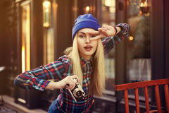 Портрет красивой молодой шаловливой женщины битника с старой ретро камерой Модельное смотря forvard детеныши женщины уклада жизни Стоковое Изображение