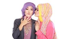 Портрет красивой мусульманской женщины 2 имея потеху стоковые фото