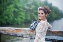 Портрет красивой невесты в белой свадьбе Стоковое Изображение RF