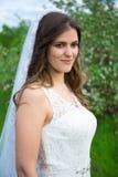 Портрет красивой невесты идя в сад Стоковые Изображения RF