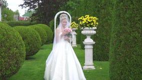 Портрет красивой невесты с букетом в зеленом парке, стиль английского языка акции видеоматериалы