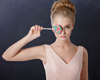 Портрет красивой нежной белокурой девушки с голубыми глазами в пинке Стоковые Фото