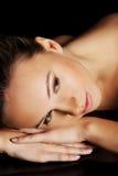 Портрет красивой обнажённой женщины лежа на ее животе. Стоковая Фотография RF