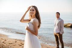 Портрет красивой пожененной пары на пляже Стоковые Изображения RF