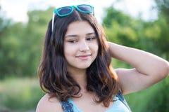 Портрет красивой предназначенной для подростков девушки с солнечными очками на голове Стоковые Фото