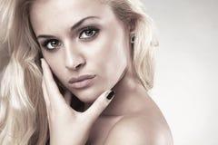 Портрет красивой представляя белокурой женщины Стоковое фото RF