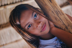 Портрет красивой родной азиатской девушки взбираясь на зонтике навеса Стоковое фото RF