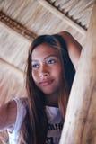 Портрет красивой родной азиатской девушки взбираясь на зонтике навеса Стоковая Фотография