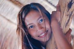 Портрет красивой родной азиатской девушки взбираясь на зонтике навеса Стоковая Фотография RF