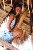 Портрет красивой родной азиатской девушки взбираясь на зонтике навеса Стоковые Фото