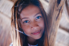 Портрет красивой родной азиатской девушки взбираясь на зонтике навеса Стоковые Изображения