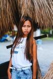 Портрет красивой родной азиатской девушки с зонтиком навеса на заднем плане Стоковое Фото