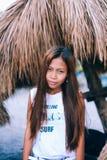 Портрет красивой родной азиатской девушки с зонтиком навеса на заднем плане Стоковая Фотография RF
