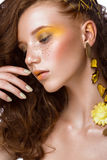Портрет красивой рыжеволосой девушки с ярко покрашенным составом и скручиваемостями искусства Сторона красотки Стоковые Фото