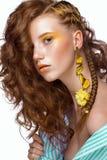 Портрет красивой рыжеволосой девушки с ярко покрашенным составом и скручиваемостями искусства Сторона красотки Стоковые Фотографии RF