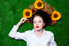 Портрет красивой рыжеволосой девушки с солнцецветами стоковые фотографии rf