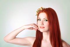 Портрет красивой рыжеволосой девушки с цветками в волосах Стоковые Фотографии RF