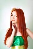 Портрет красивой рыжеволосой девушки с цветками в волосах Стоковые Изображения