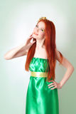 Портрет красивой рыжеволосой девушки с цветками в волосах Стоковые Изображения RF