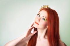 Портрет красивой рыжеволосой девушки с цветками в волосах Стоковые Фото