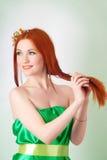 Портрет красивой рыжеволосой девушки с цветками в волосах Стоковое фото RF