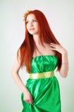 Портрет красивой рыжеволосой девушки с цветками в волосах Стоковая Фотография