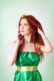 Портрет красивой рыжеволосой девушки с цветками в волосах Стоковое Изображение RF