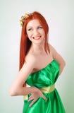 Портрет красивой рыжеволосой девушки с цветками в волосах Стоковое Изображение