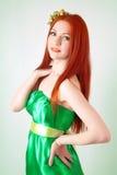 Портрет красивой рыжеволосой девушки с цветками в волосах Стоковое Фото