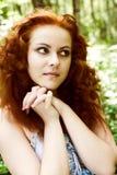 Портрет красивой рыжей девушки в лесе Стоковая Фотография