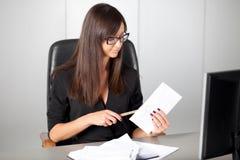 Портрет красивой секретарши женщины на рабочем месте Стоковые Изображения RF