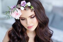 Портрет красивой сексуальной девушки брюнет с коричневым цветом наблюдает в чувствительном платье и венке цветков на ее голове стоковое фото