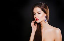 Портрет красивой сексуальной девушки брюнет с Стоковые Фотографии RF