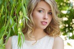 Портрет красивой сексуальной девушки с большими полными губами, с белыми волосами в белом платье около дерева Стоковые Изображения RF
