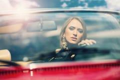 Портрет красивой сексуальной модели женщины моды в роскошном автомобиле Стоковая Фотография RF