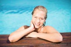 Портрет красивой склонности женщины на poolside Стоковое фото RF