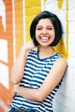 Портрет красивой смеясь над женщины девушки молодого брюнет битника латинской испанской с bob коротких волос Стоковые Изображения RF