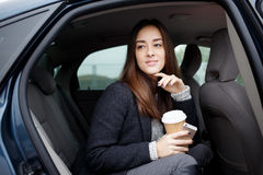 Портрет красивой стильной молодой женщины сидя в автомобиле Стоковые Изображения