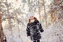 Портрет красивой счастливой девушки ребенка идя в лес зимы солнечный Стоковое Фото