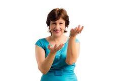 Портрет красивой счастливой зрелой строки шарика wigh женщины в руках isoladed на белизне Стоковое Фото