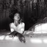 Портрет красивой тонкой сексуальной милой девушки на кровати с белым бельем в белом верхнем белокуром бодрствовании поднимающем в Стоковые Изображения