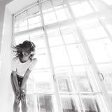 Портрет красивой тонкой сексуальной милой девушки на кровати с белым бельем в белом верхнем белокуром бодрствовании поднимающем в Стоковая Фотография